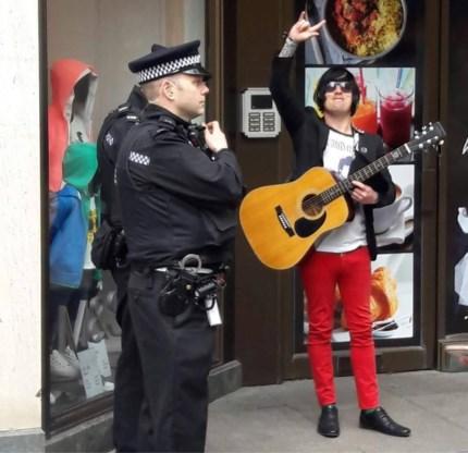 Straatmuzikanten Jersey hopen dat ze binnenkort hun geld niet meer moeten afstaan aan goed doel