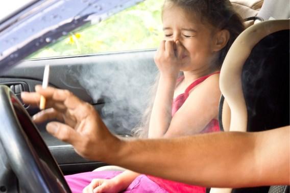 Unaniem goedgekeurd: Vlaams Parlement verbiedt roken in auto in bijzijn van kinderen