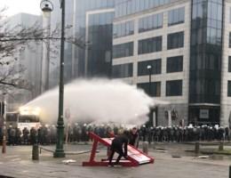 IN BEELD. Confrontatie tussen politie en relschoppers