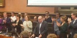 Staande ovatie voor exit burgemeester Termont en schepen Peeters