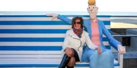 Tante Sidonia heeft eigen 'selfiebank' op de zeedijk