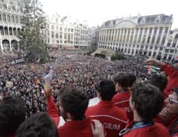 IN BEELD. Mensenmassa op Grote Markt viert wereldtitel Red Lions