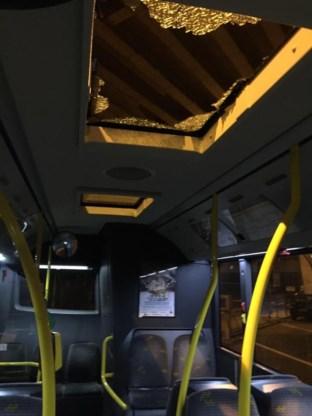 Stuk beton viaduct Gentbrugge valt door dak van bus
