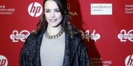 Actrice poseert met borstpompen