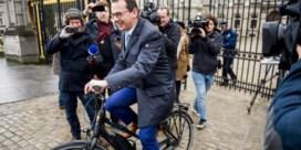 Wouter Beke verlaat Paleis met de fiets