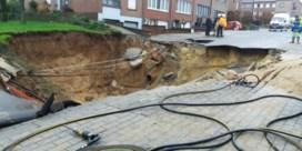 Waterlek zorgt voor gigantische put in Sint-Pieters-Leeuw