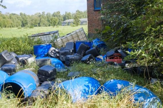 Tientallen vaten met vermoedelijk drugsafval gedumpt