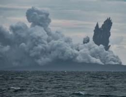 Vulkaan verantwoordelijk voor dodelijke tsunami krimpt