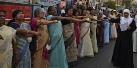 Vrouwen betreden onder politiebescherming Indische tempel