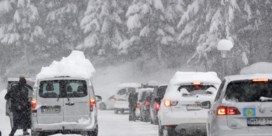 Al files op lokale wegen nabij Oostenrijkse skigebieden