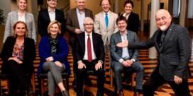 Jan Peumans 'photobombt' Vlaamse regering tijdens groepsfoto