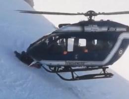 Hulpverleners voeren aartsmoeilijke helikopterredding uit