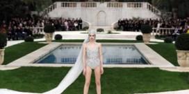 Chanel recreëert zomers tafereel, vermoeide Lagerfeld is er niet bij