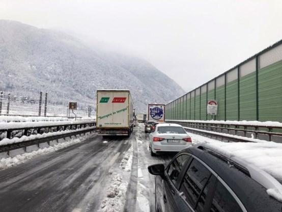 Chaos op de Brennerpas: wintersportroute volledig dicht, reizigers uren in de file