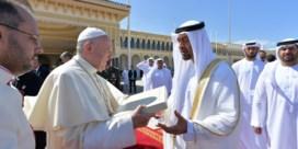 Pausbezoek aan de Emiraten moet vooral de aandacht even afleiden