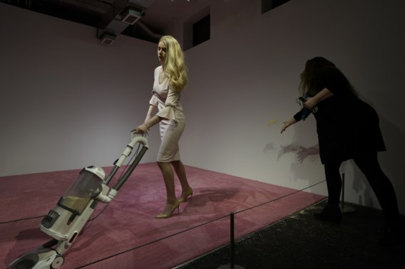 Ivanka Trump bekritiseert 'seksistisch kunstwerk' van stofzuigende lookalike