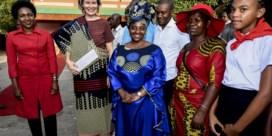 Koningin Mathilde ruilt Natan in voor Afrikaanse kleding