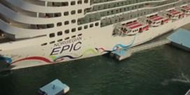 Megacruiseschip vaart tegen aanlegsteiger in haven