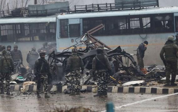 India beschuldigt Pakistan van bloedige aanslag met minstens veertig doden