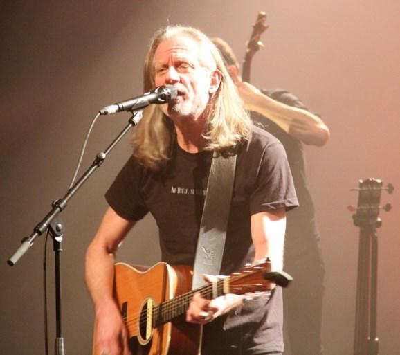Emotionele Guy Swinnen eert Willy Willy op eerste optreden van The Scabs na dood leadgitarist