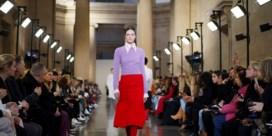 Victoria Beckham pakt Londen in vlammend rood