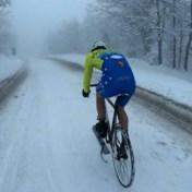 Italiaan vindt vlotte manier om door sneeuw te fietsen