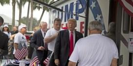 Witte Huis ontkent ongewenste kus Trump aan campagnemedewerker: 'Absoluut belachelijk'