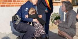 Koningin Mathilde probeert verlegen peuter tevergeefs te troosten
