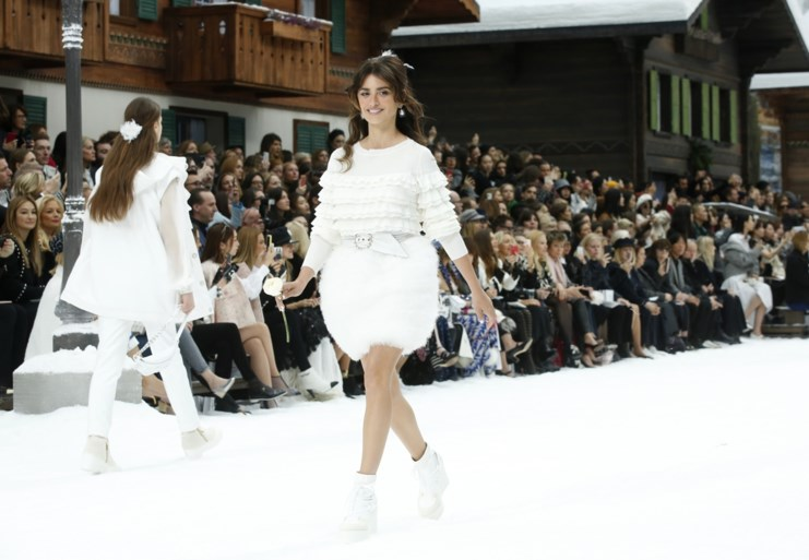 Huilende modellen nemen samen met Chanel afscheid van Lagerfeld