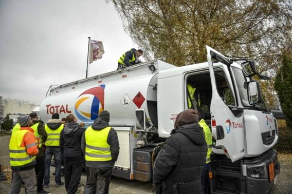 Tiental gele hesjes blokkeert depot van Proxifuel in Wierde
