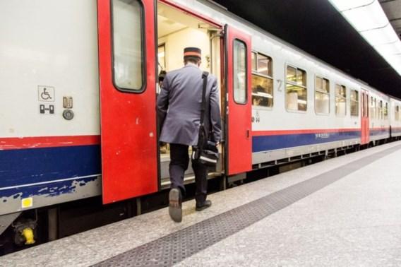 Wekelijks laten twee treinen een halte links liggen