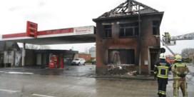Brand vernielt huis vlak naast tankstation