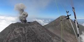 Waaghals gaat paragliden boven uitbarstende vukaan
