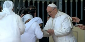 Twee dagen na virale video: nonnen mogen paus Franciscus wél kussen