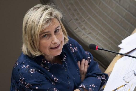 Crevits 'verbaasd' over kritiek van Lieven Boeve, N-VA en SP.A reageren scherp