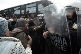 Griekse politie slaags met migranten die grens willen oversteken