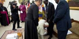 Paus kust Zuid-Soedanese leiders de voeten en smeekt vrede te bewaren