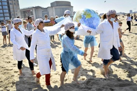 Honderden activisten 'chillen voor het klimaat' op strand van Oostende