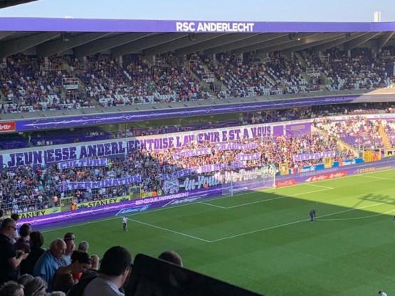 Fans geven op spandoek wat zij verstaan onder 'het DNA van Anderlecht'