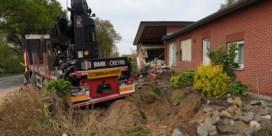 Vrachtwagen ramt huis van bejaard echtpaar, woning onbewoonbaar