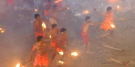 Honderden Indiërs bekogelen elkaar met brandende fakkels tijdens festival