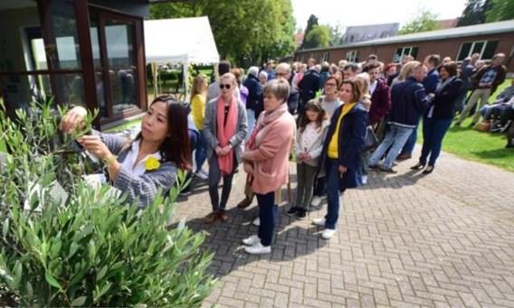 Honderden dorpsgenoten houden emotionele wake voor Julie Van Espen: 'Voor haar was het glas altijd halfvol'