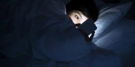 Factcheck: 'Blauw licht van uw schermpjes is níét wat u wakker houdt'