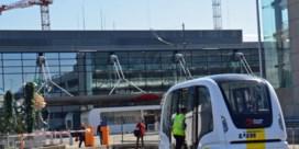 Bezoekers vergapen zich aan zelfrijdende elektrische bus