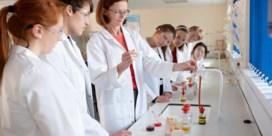 Chemie wil werknemers voor de klas zetten