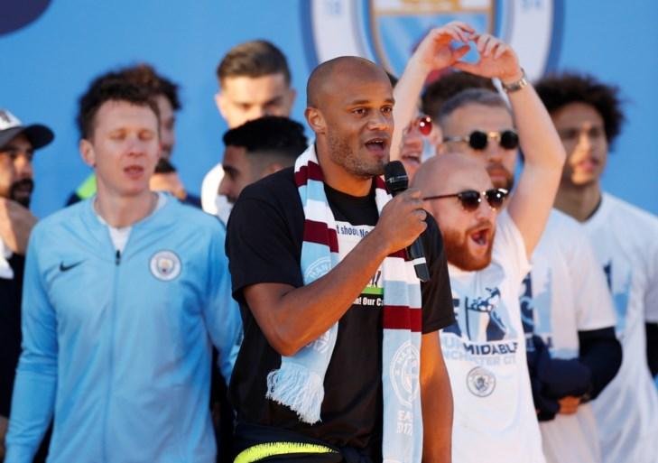 """Supporters zingen Vincent Kompany toe bij titelviering Manchester City, kapitein speecht en eindigt met mic drop: """"I'm out!"""""""