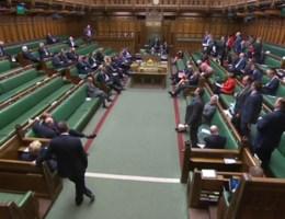 May achtergelaten door collega's tijdens zitting over Brexit