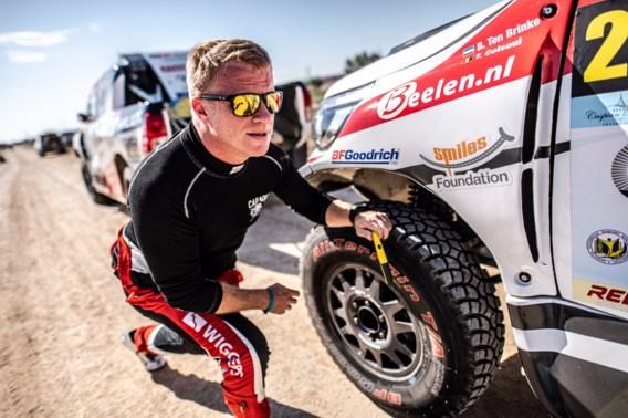Wat een pech! Belgische rallyrijder rijdt lek door nagel … in het midden van de woestijn
