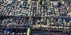 Honderden luxewagens staan te verkommeren in woestijn