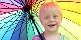 Blonde kinderen met blauwe ogen moeten extra insmeren